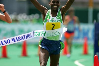 All smiles - Nephat Kinyanjui takes a narrow victory in the Nagano Marathon (Kazutaka Eguchi(Agence SHOT))
