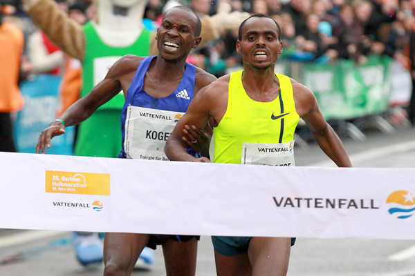 Berhanu Legese holds off David Kosgei to win the 2015 Berlin Half Marathon (Victah Sailer / organisers)