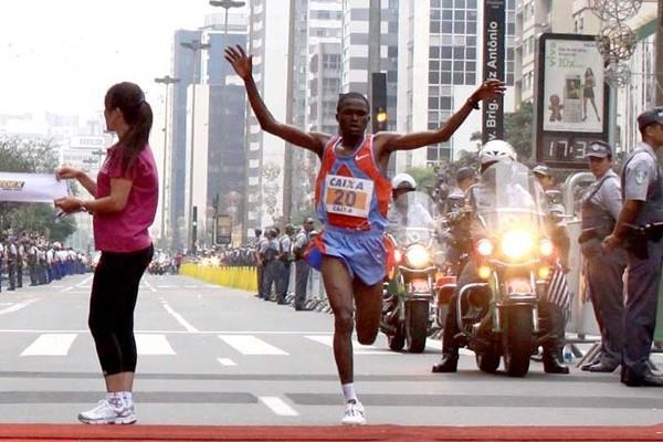Kwambai wins Sao Silvestre in Sao Paulo (Márcio Kato, ZDL)