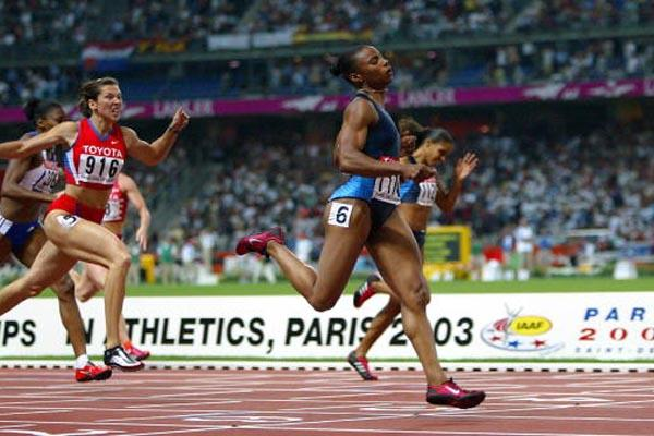 Kelli White wins the 200m (Getty Images)