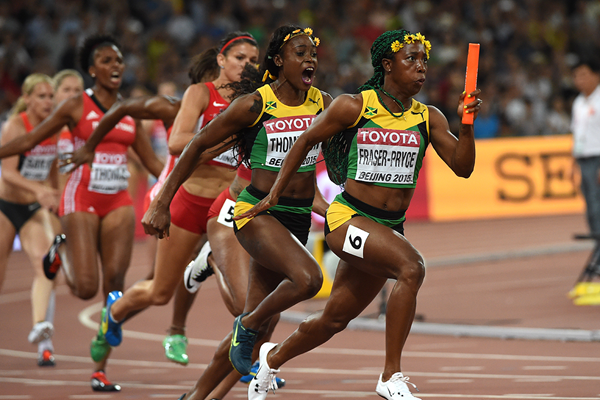 Shelly-Ann Fraser-Pryce takes the baton in the 4x100m at the IAAF World Championships Beijing 2015 (AFP / Getty Images)