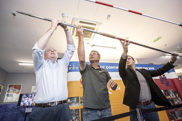 l to r: Chris Turner, Jan Zelezny and Valter Bocek attach Zelezny's world record javelin to a display in the IAAF Heritage Exhibition in Ostrava  (foto@horsinka.cz)