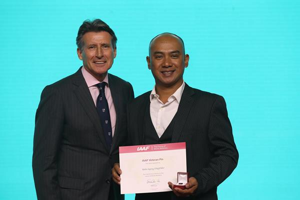 Robin Sapong Eugenio receives his World Athletics Veteran Pin from President Sebastian Coe (Getty Images)