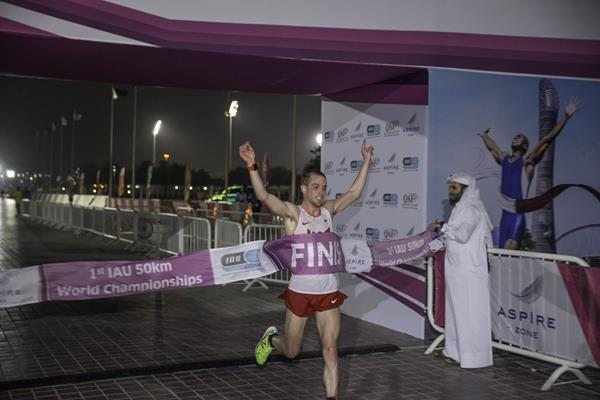 Tony Migliozzi winning at the 2015 IAU 50km World Championships (IAU)