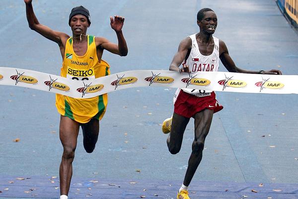 Fabiano Joseph slips past Mubarak Hassan Shami to take the 2005 world half marathon title in Edmonton (Getty Images)