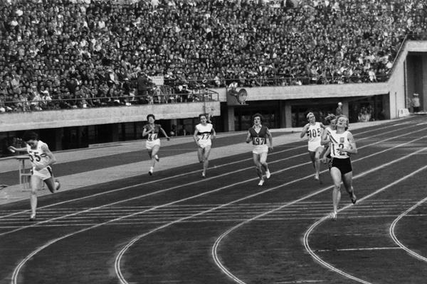 Ann Packer and Betty Cuthbert in the 1964 Olympic 400m final (Getty Images)