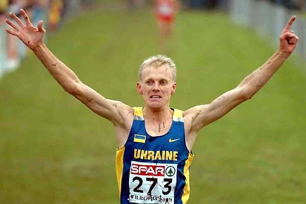 A mud splattered Sergiy Lebid wins his sixth European Cross Country title - Tilburg 2005 (Hasse Sjögren)