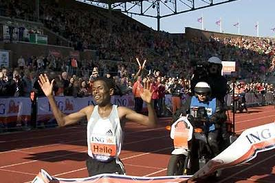 Haile Gebrselassie wins in Amsterdam (Capital Photos/Ruud Taal)