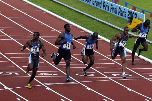 Tim Montgomery crosses the line in world record (allsport)