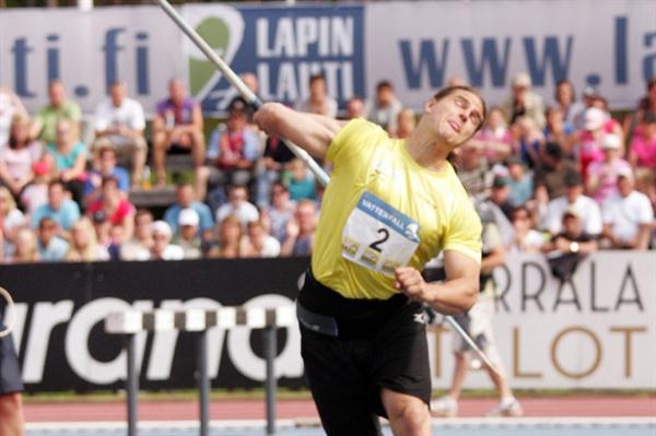 Tero Ja¨rvenpa¨a¨ unleashes his winning throw in Lapinlahti (Paula Noronen)