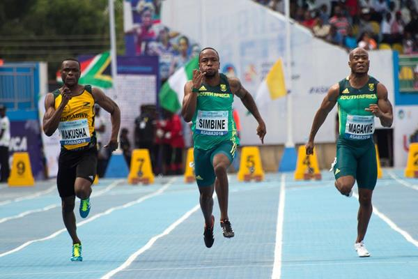 Akani Simbine taking the African 100m title in Asaba (Bob Ramsak)