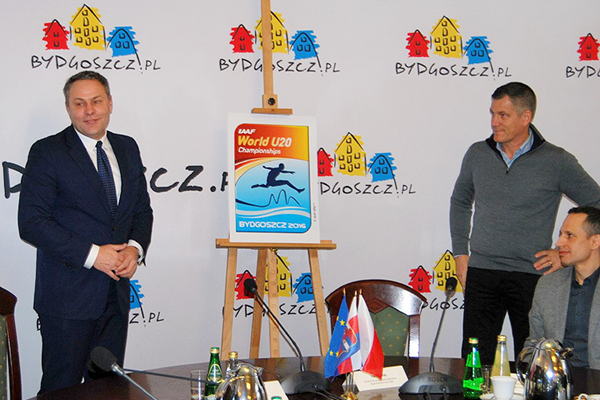 Mayor of Bydgoszcz Rafal Bruski unveils the logo for the IAAF World U20 Championships Bydgoszcz 2016 (PZLA)
