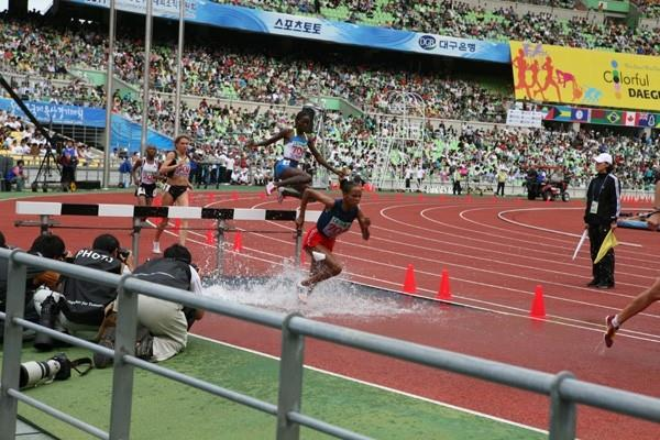 Ruth Bisibori Nyangau leaps high over the water barrier in the women's 3000m Steeplechase in Daegu (Daegu 2011)