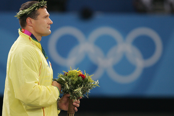 Vrigilijus Alekna on the podium at the 2004 Athens Olympics ()