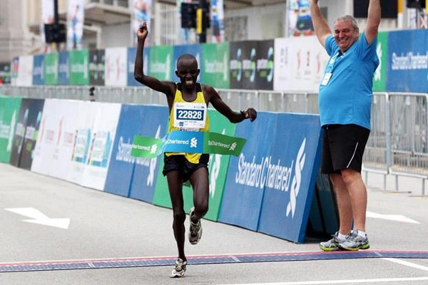 Luka Chelimo Kipkemboi wins the 2013 Standard Chartered Marathon Singapore (Organisers)