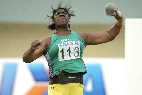 Elisângela Adriano of Brazil winning the South American Shot Put title (Wander Roberto de Oliveira/CBAt)