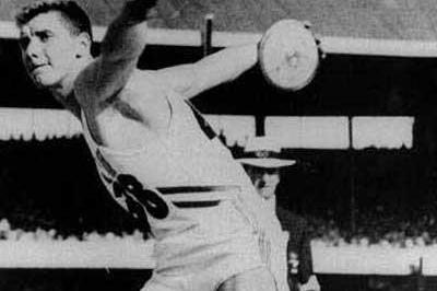 Al Oerter of USA throwing for his first Olympic Discus gold in Melbourne in 1956 (Getty Images)