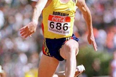 Marian Oprea (ROM) winning the 2000 World Junior Triple Jump title (Getty Images)