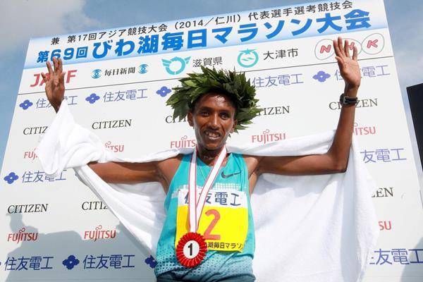 Bazu Worku after winning the 2014 Lake Biwa Marathon (Victah Sailor / organisers)