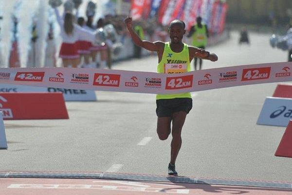 Regasa Mindaye winning the Orlen Warsaw Marathon (Organisers)