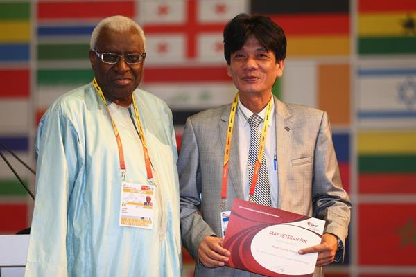 Man Cuong Hoang receives an IAAF Veteran Pin at the 49th IAAF Congress in Moscow (IAAF)
