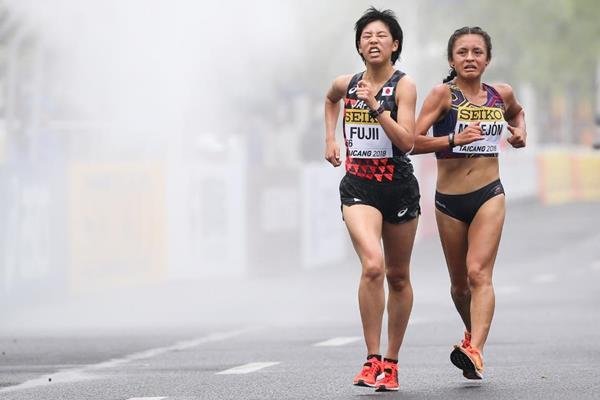 Glenda Morejon and Nanako Fujii in the U20 women's 10km at the IAAF World Race Walking Team Championships (Getty Images)