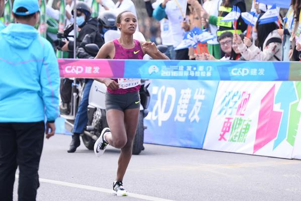 Worknesh Edesa winning at the 2016 Xiamen Marathon (organisers)