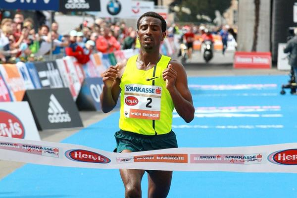 Sisay Lemma winning at the 2015 Vienna City Marathon (Victah Sailer / Photorun.net)