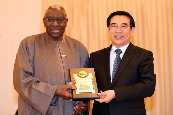 IAAF President Lamine Diack presents Beijing Mayor Wang Anshun with an IAAF Honorary Plaque (IAAF)