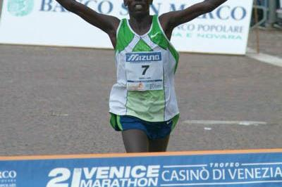 Jonathan Kipkorir Kosgei celebrates his narrow win in Venice (Lorenzo Sampaolo)