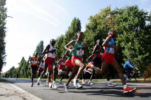 Zersenay Tadesse leads the pack early on - Debrecen (Getty Images)
