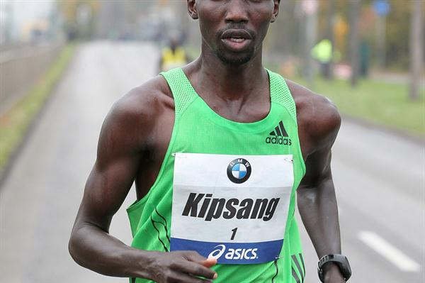 Wilson Kipsang en route to his Frankfurt Marathon title defence (Victah Sailer)
