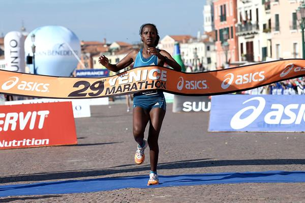 Konjit Tilahun winning at the 2014 Venice Marathon (Giancarlo Colombo)