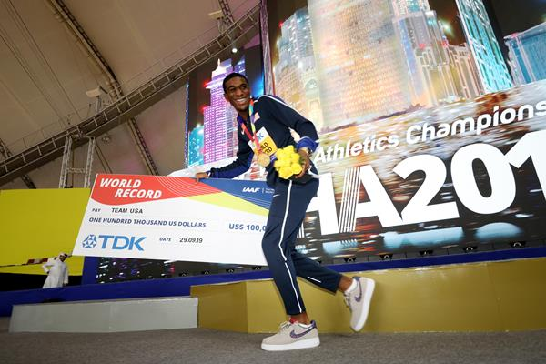 Wil London with the mixed 4x400m relay team's world record bonus check at the IAAF World Athletics Championships Doha 2019 (Getty Images)