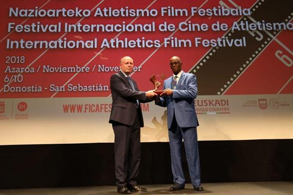 Long jump legend Bob Beamon receives the special Achilles Prize at FICA in San Sebastian from IAAF Heritage Department Director Chris Turner (Organisers)