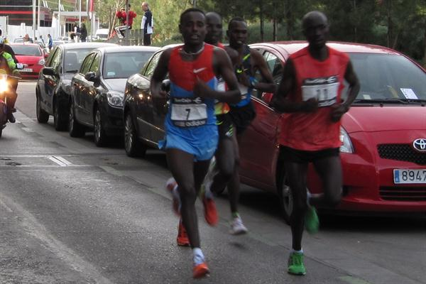 Patrick Korir (third from left) biding his time in Madrid (Mareas)