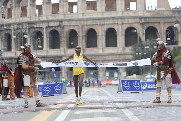 Helena Kirop winning at the 2013 Rome Marathon (Giancarlo Colombo)