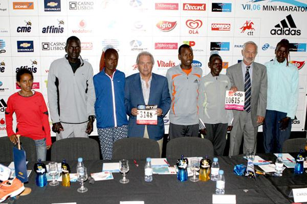 Bizunesh Bekele and Robert Kipkoech (far left) with organisers in Lisbon (Marcelino Almeida)