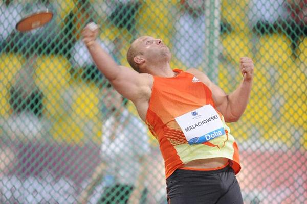 Piotr Malachowski throws at the 2012 Samsung Diamond League in Doha (Jiro Mochizuki)