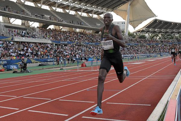 Timothy Cheruiyot notches a world lead in Paris (Kirby Lee)