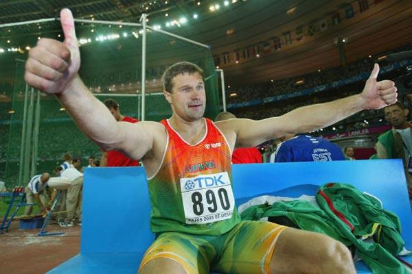 Virgilijus Alekna of Lithuania celebrates winning the discus throw (Getty Images)