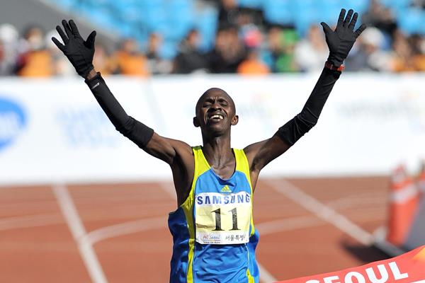 Sylvester Teimet winning the 2010 Seoul Marathon (AFP/Getty Images)