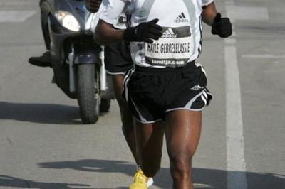 Haile Gebrselassie en route to his win at the 2006 Granollers Half-Marathon (Pere Cornellas)