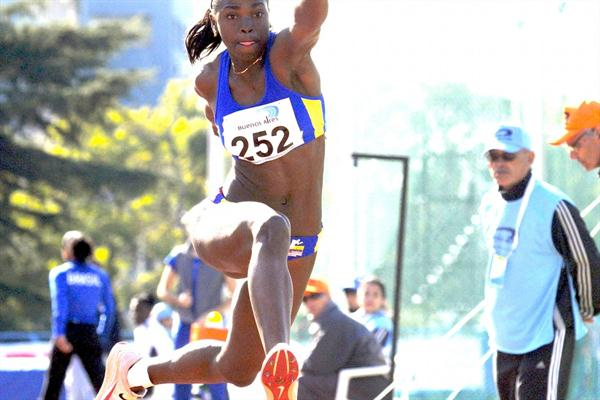 Caterine Ibargüen sails to a windy 14.59m leap in Buenos Aires (Eduardo Biscayart)