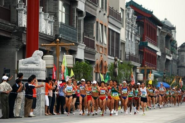 Athletes run through Beijing during the women's Olympic marathon (Getty Images)