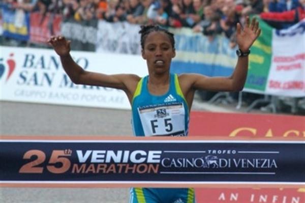 Makda Harun Haji wins the 2010 Venice Marathon (Lorenzo Sampaolo)