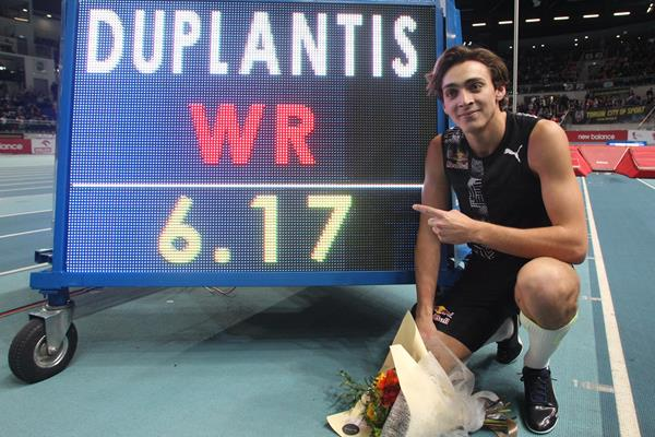 Armand Duplantis with his world record numbers in Torun (Jean Pierre Durand)