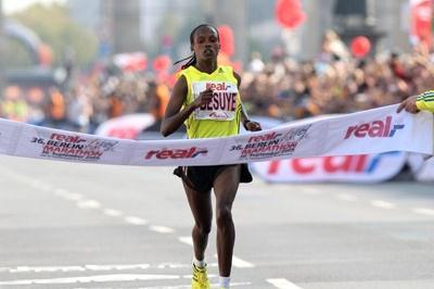Atsede Besuye wins the 2009 Berlin Marathon (Victah Sailer)