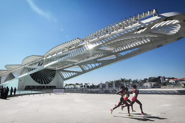 Jemima Sumgong, Eunice Kirwa and Mare Dibaba pass the Museum of Tomorrow in the marathon at the Rio 2016 Olympic Games (Getty Images)