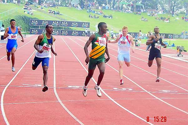 Tshegofatso Meshoe (green and yellow vest) winning the junior mens 200m in 21.08 seconds (Mark Ouma)